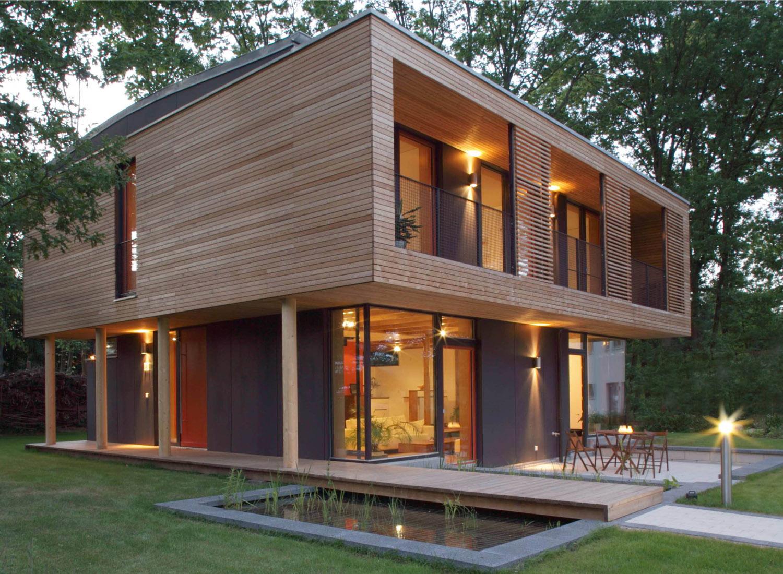 Splendidă combinație lemn / sticlă construită de Architekturbüro Vallentin (www.vallentin-architektur.de) în colaborare cu Ingenieurbüro Güttinger și Gerhard Jochum (statics). Casa de 138 m2, situată lângă Berlin (Neuenhagen), consumă anual pentru încălzire echivalentul a 180 m3 de gaze naturale, adică circa 70 €.