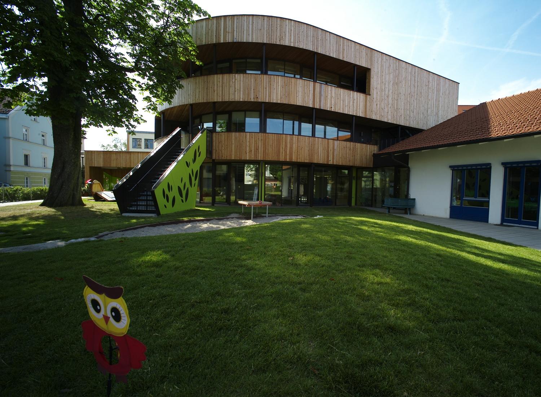 Grădinița din Traunstein / Germania, proiectată de Architekturbüro Vallentin (www.vallentin-architektur.de), asigură confort termic și aer proaspăt și curat pentru 40 de copilași cu vârste cuprinse între 1 și 3 ani, plus personal. Consumul pentru încălzire este de numai 14 kWh/m2an, adică, pentru spațiul generos de 1.094 m2, costurile se ridică la maximum 500 €/an.