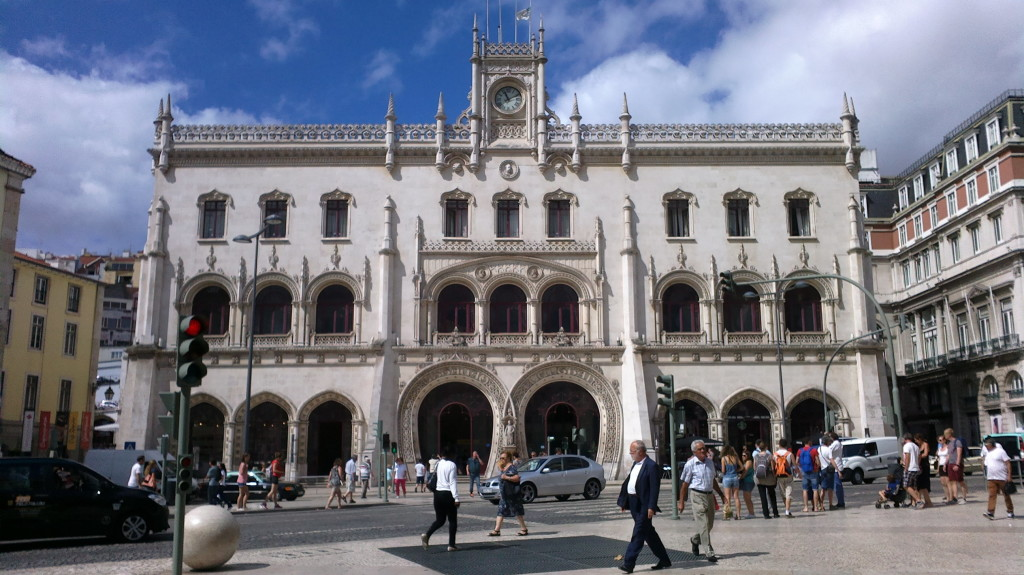 Cais (gara) Rossio, monument arhitectonic în stil neo-Manuelin, este principalul punct de plecare spre Sintra