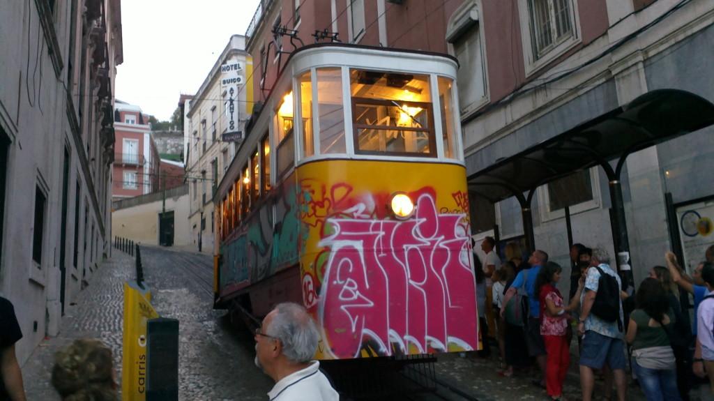Elevador da Glória, tramvaiul cu tracțiune specială, care urcă și coboară între cartierul Bairro Alto (sus) și Restauradores
