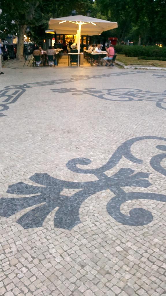 Avenida da Liberdade reunește eleganța sediilor de mari companii, a magazinelor, hotelurilor și restaurantelor de lux cu vivacitatea micilor chioșcuri/baruri/cafenele nepretențioase, amplasate printre copaci