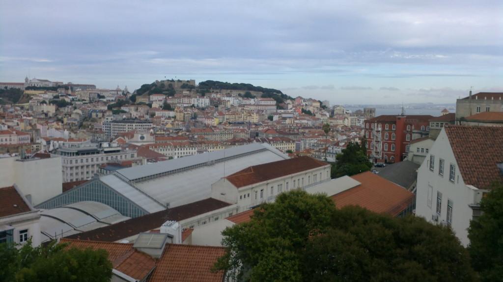 Castelo de São Jorge și colina Alfama văzute de la Miradouro de São Pedro de Alcântara