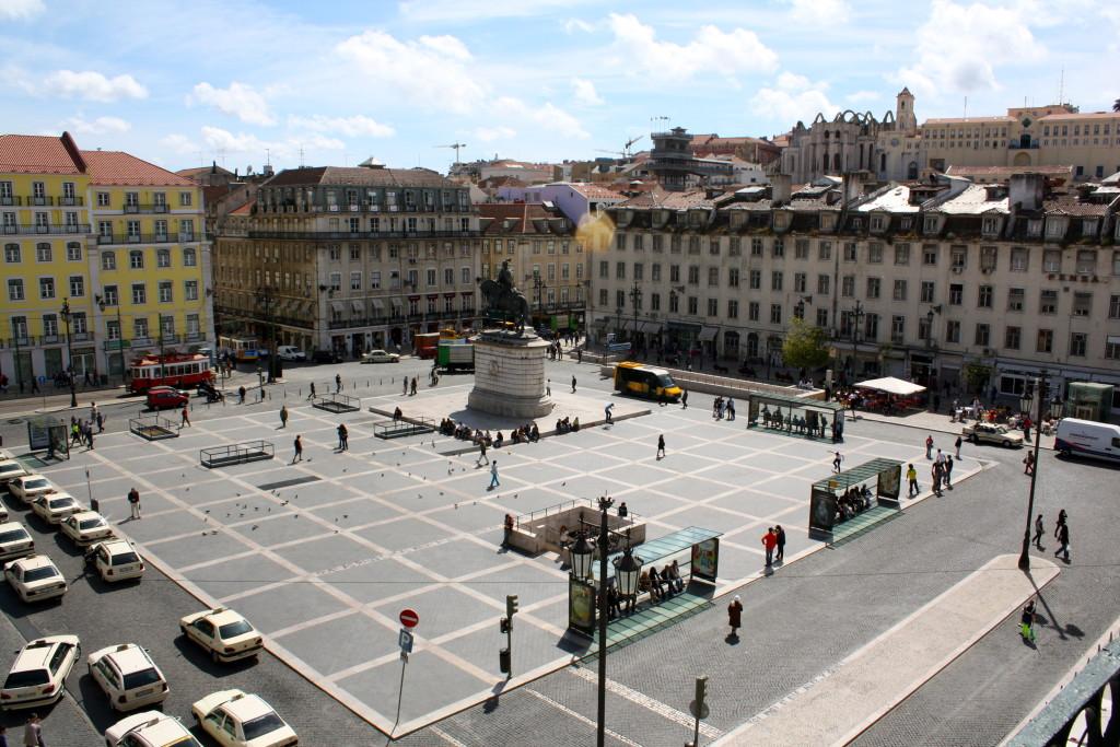 În weekend, în Praça da Figueira (străjuită călare de Dom João I), se organizează tîrguri cu bunătăți (inclusiv cerveja=bere) și artizanat (By Kyle Taylor)