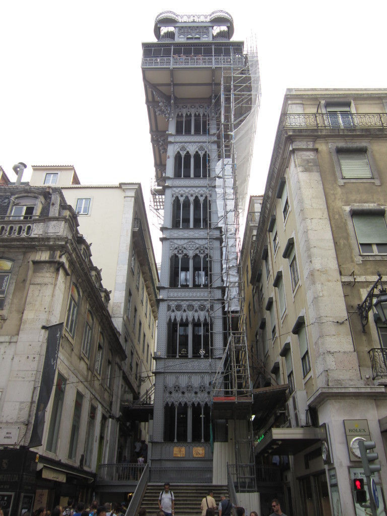 Liftul (elevador) Santa Justa, denumit și Carmo (monument al dantelăriei metalice, din clasa podului Saligny sau a turnului Eiffel), face legătura (posibilă pentru turiști numai cu LisboaCard) între Baixa și Chiado/Bairro Alto