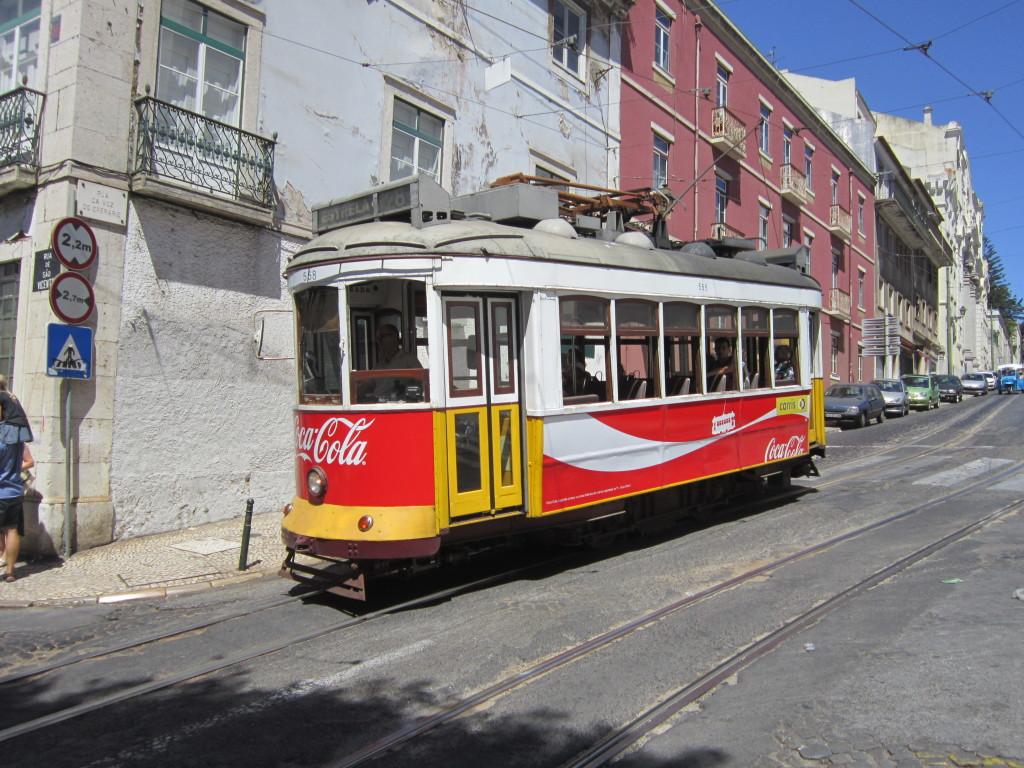 Pe străduțele înguste, curbate strâns, în afară de Tuk Tuk numai vechile tramvaie mici fac față